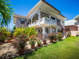 Serenity Apartments, guest house in Canaan