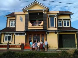 TriDwi Homestay, family hotel in Parakan