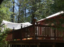 The Red Rooster Lodge, B&B in Coulterville