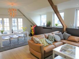 Helena at Friday - BnB Antwerp Historic City Centre - FREE PARKING - GARAGE, apartment in Antwerp