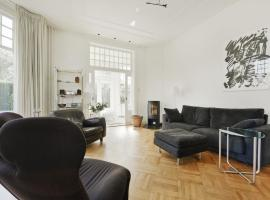 Luxurious Villa in Haarlem with Two Ponds, holiday home in Haarlem