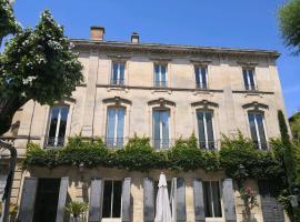 Grand Appartement avec terrasse en plein centre, pet-friendly hotel in Avignon