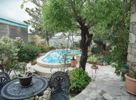 Magic Garden Holiday Home, hotel in Mesa Chorio