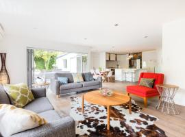 Luxury new modern 3 bedrooms house in Castor Bay & Milford near Takapuna walk to beach and mall, hotel with jacuzzis in Auckland