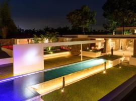 Private Villa Retreat UTOPIA, hotel in Tanah Lot