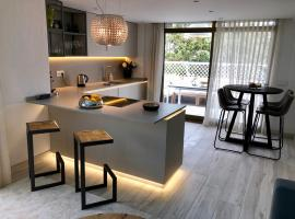 Luxury apartment in La Isla, walking distance to Puerto Banus, hotel in Marbella