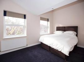 Large King Bed Room near Denmark Hill Station, loma-asunto Lontoossa