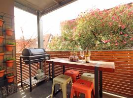 Colour Pop Fitzroy - Pets, Parking, Balcony, 3bdrm, pet-friendly hotel in Melbourne