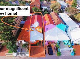 Magnificent Orange Beach House on Bondi Beach!, sumarhús í Sydney