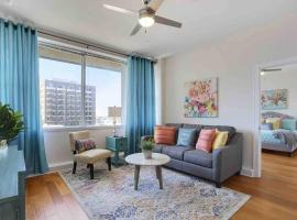 Foxy Downtown Digs! Comfy Bed, Rooftop Lounge/Pool, villa in New Orleans