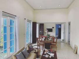 Full House at The Omah Alun Alun Kidul, vila di Yogyakarta