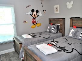 Mickey's Landing - Luxury 5 Star Family 4 Bedroom with Pool, Hot Tub, Games Room & BBQ,5 Mins Disney, hotel near Mystic Dunes Golf Club at Mystic Dunes Resort, Orlando