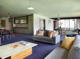 Huge stylish three bedroom apartment with pool, pet-friendly hotel in Melbourne