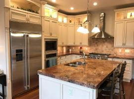 Gorgeous Wash Park Home - 10 mins to Downtown or Cherry Creek, hotel with jacuzzis in Denver