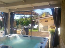gite LAPAZ/jacuzzi privé/piscine、ドラギニャンのホテル