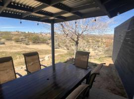 Joshua Tree remodeled house with open desert backyard, hotel in Joshua Tree