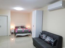 Karina Apartment, отель в Бат-Яме