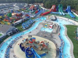 Cape Cod Family Resort and Inflatable Park, resort in West Yarmouth