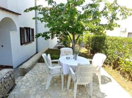Apartments and rooms with parking space Njivice, Krk - 17010, hotel in Njivice