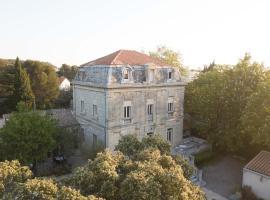 Logis Hôtel Résidence Les Cèdres, hotel near Grand Avignon Golf Course, Villeneuve-lès-Avignon