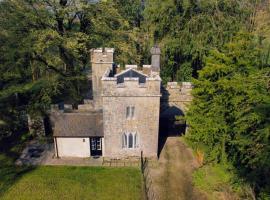 Anne's Grove Miniature Castle, hotel in Castletownroche