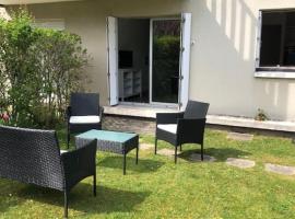 Magnifique 2P en Rez-de-jardin orienté SUD à 2 pas de la plage, hotel in Cabourg