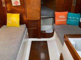 A bord d'un voilier de 9m à quai dans port Porquerolles, family hotel in Porquerolles