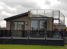 Hot tub hols in lodge with roof terrace, hotel in Tattershall