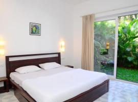Serene apartment with private garden and pool view, hotel with pools in Panaji