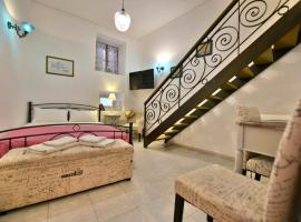 "2-level Apartment ""Mandraki"", accessible hotel in Hydra"