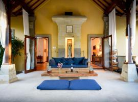 Villa KOSY - Family Home-Full Kitchen-Pool-Media Center-Walk to Beach, accessible hotel in Sanur