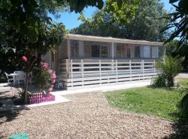 MH, 3 Ch, 43m2, climatisé, avec terrasse fermée de 18m2, super équipé, parc aquatique, draps, linge de maison inclus, campground in Lattes