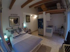 ChambreStudio bord de mer, hotel near Ile des Embiez, Six-Fours-les-Plages