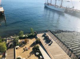 Luxury Pinnacle Waterfront 3br/3ba Condo with Panoramic View, hotel in North Vancouver