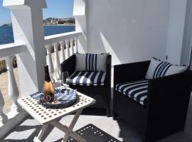 Beautiful Apartment RIGHT ON THE BEACH, hotel dicht bij: El Chaparral Golf Club, Mijas Costa