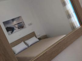 Firaxenia rooms, hotel near Santorini Port, Fira