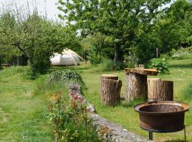 Loire Valley Llama Farm Stay, glamping site in Lavernat