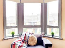 Airy three bedroom apartment close to city centre, hotel in Glasgow