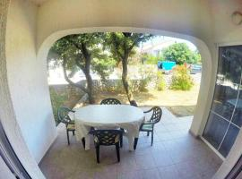 Apartments with a parking space Mandre, Pag - 16836, hotel in Mandre
