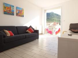 Collioure - Modern Beachside Apartment Joey, family hotel in Collioure