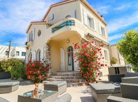 Charming villa with nice outdoor area & pool at 200m from beaches of Juan, hotel with jacuzzis in Antibes