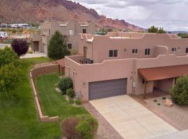 SG1 Near Arches Park! Huge wrap around deck with beautiful canyon views!, villa in Moab