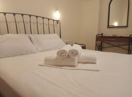 Omiros, hotel in Piraeus