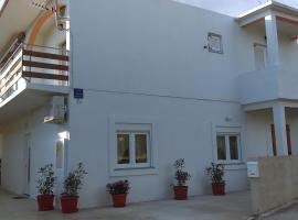 Apartments by the sea Starigrad, Paklenica - 17340, hotel in Starigrad-Paklenica