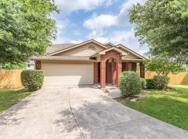 Luxury Vacation House with Yard BBQ, 5 minutes to Seaworld & Lackland AFB, villa in San Antonio