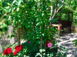 Mini hotel Relax House, отель в Адлере, рядом находится Аквапарк «Амфибиус»