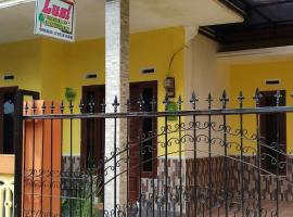 Lusi Homestay, family hotel in Batu