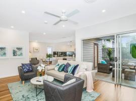 Park Avenue Townhouse Retreat Brisbane Sleeps 10, pet-friendly hotel in Brisbane