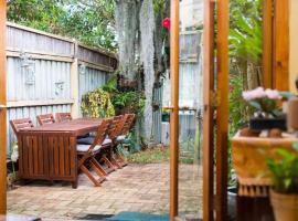 2 Bed Renovated Terrace - Erskinville, sumarhús í Sydney