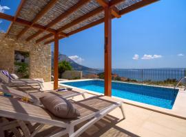 Villa Oslo - luxury place with sea views & heated pool, 300m far from sandy beach, luxury hotel in Omiš
